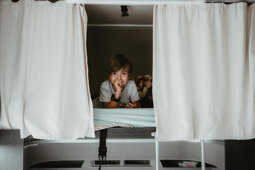 Băiat în alcov în autorulota camper Palatino