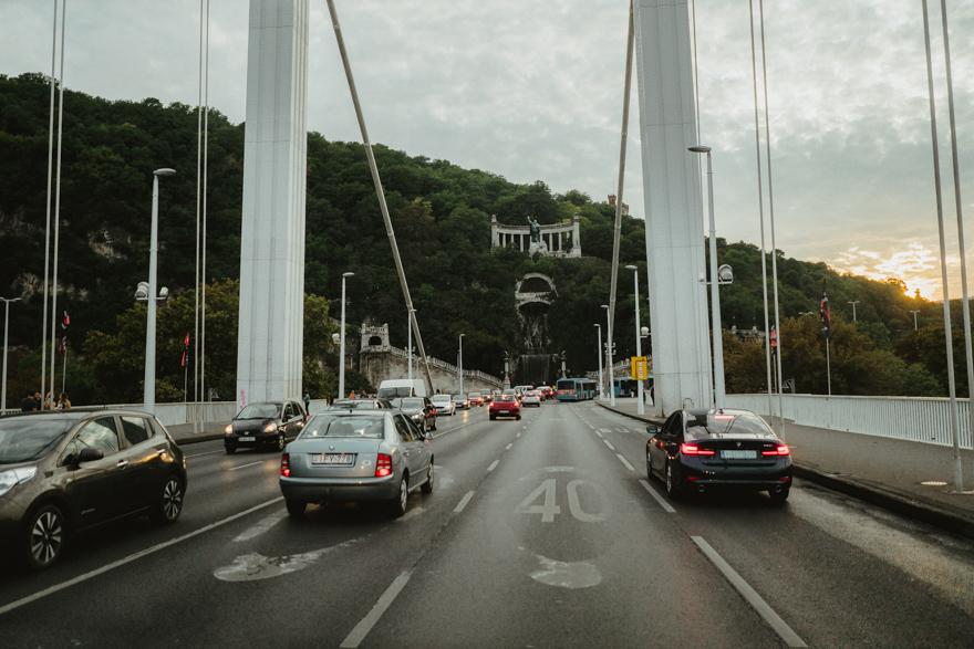 Podul Erszebet în Budapesta peste Dunăre cu vedere la cascadă