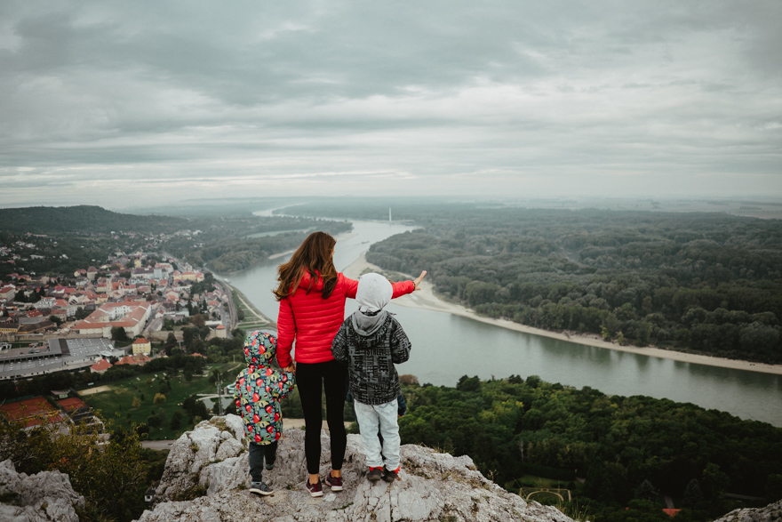 Dunărea în depărtare si mama cu copiii se uita la peisaj in Austria si Slovacia