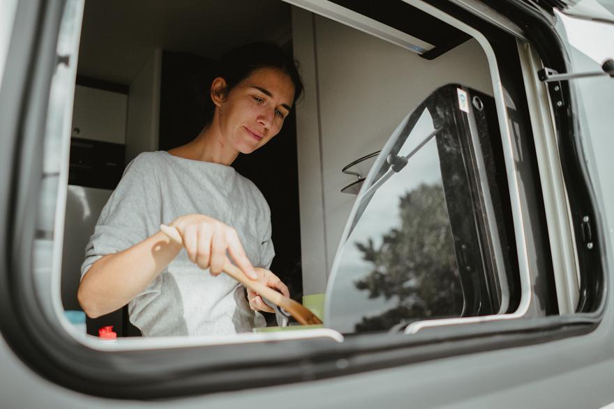 Intre Austria și Slovacia lângă Dunăre  in parcare face mama maâncare ïn autorulotă
