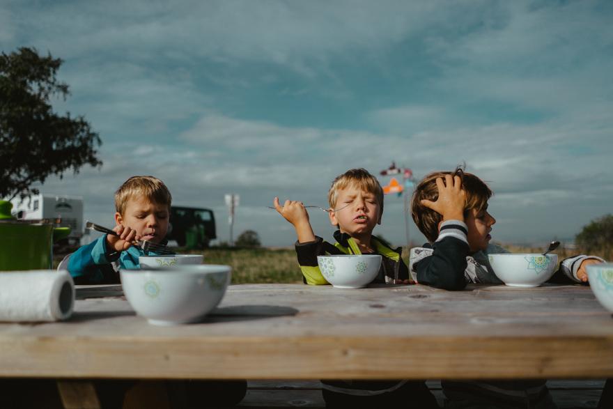 Copiii mănânca paste Intre Austria și Slovacia lângă Dunăre