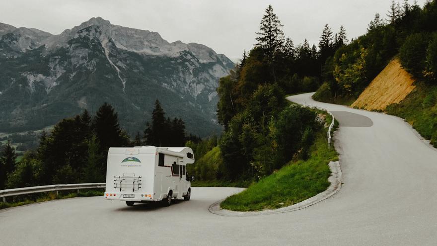 Autorulota Palatino coborand o pantă în munți cu serpentine în Austria Salzburg