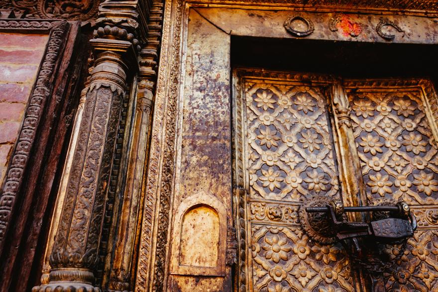 Detaliu usa metalica in templu