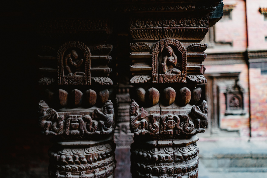 PIlastrii de lemn sculptati in templu