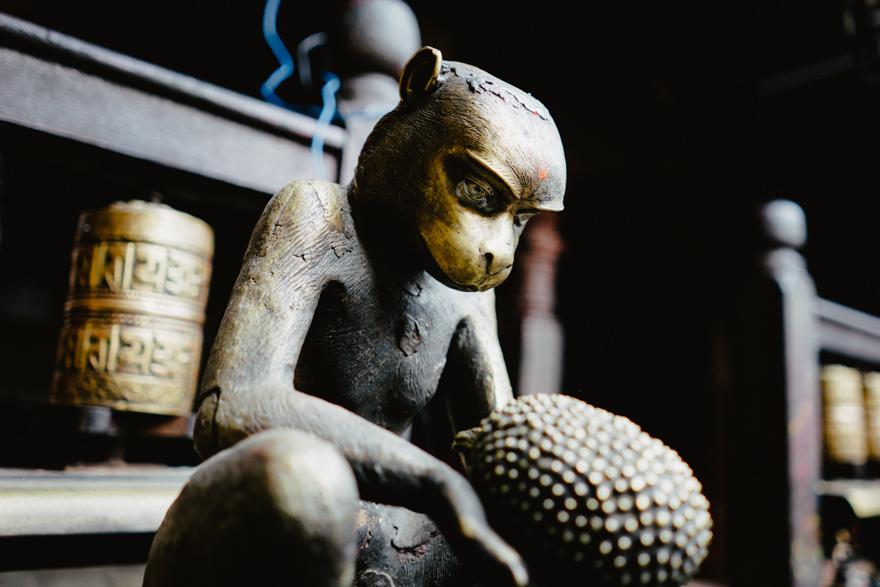 Sculptura cu maimuta din metal in templu