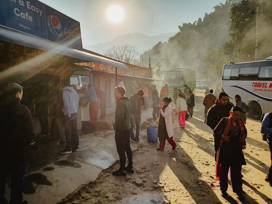 grup de oameni care coboara din autobuz in Nepal