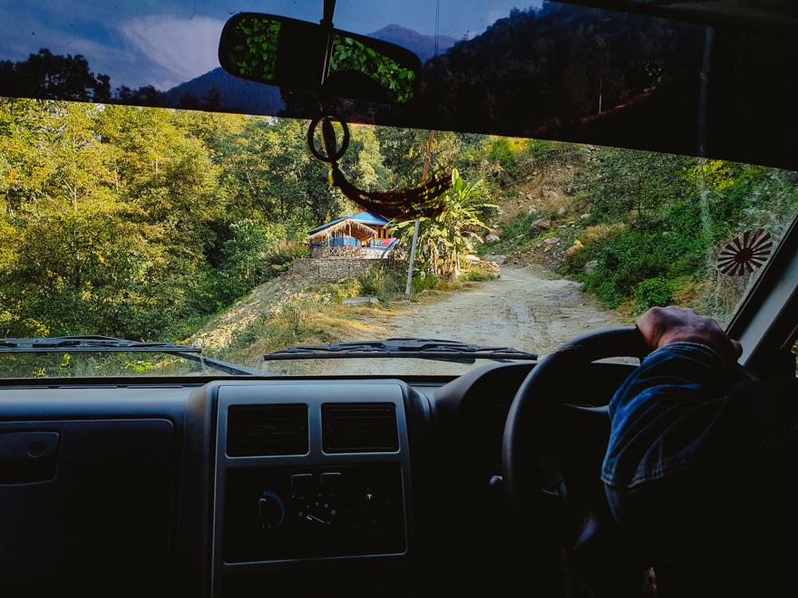 Vedere din jeep in drum spre trekking