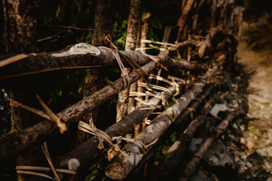 Gard legat cu iarba uscata in Nepal