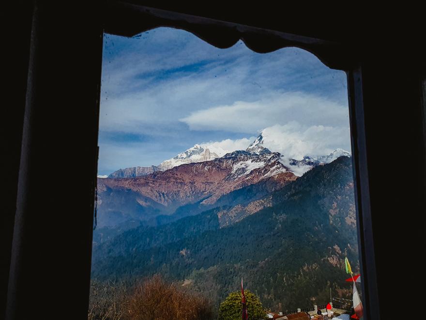Vedere din camera cu muntii Himalaya