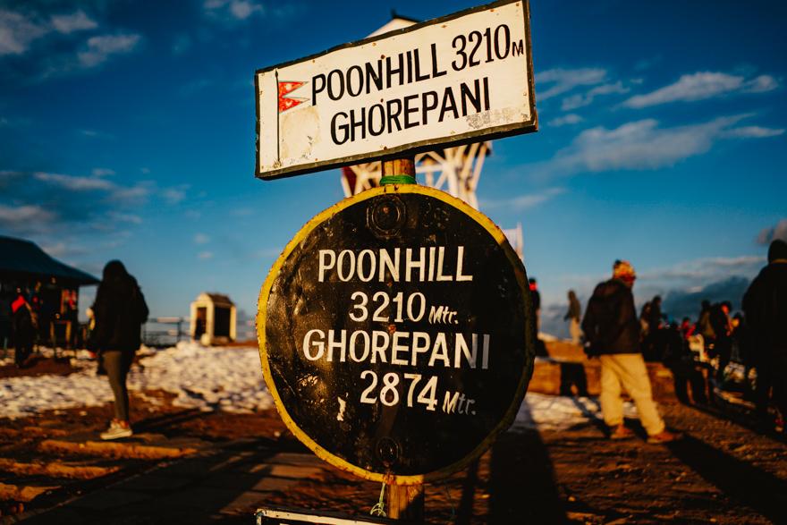 Semn cu Poon Hill si altitudinea in Nepal