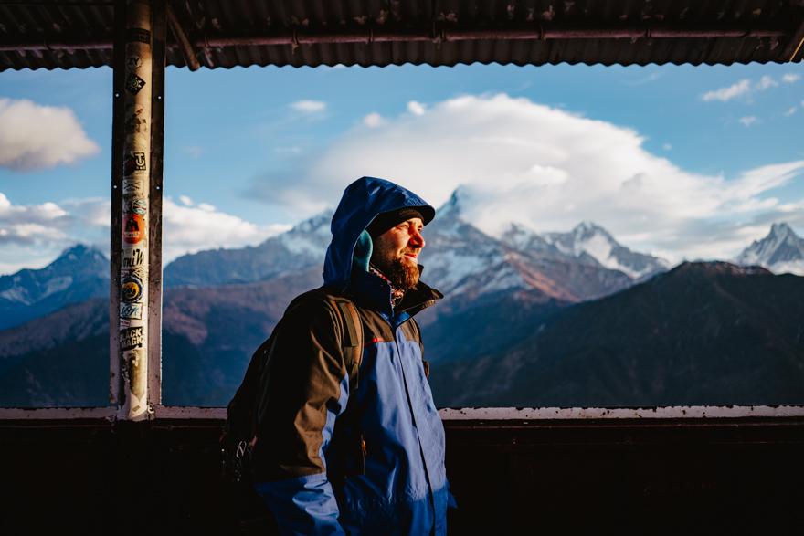 Tati cu fața spre rasarit pe Poon Hill Nepal