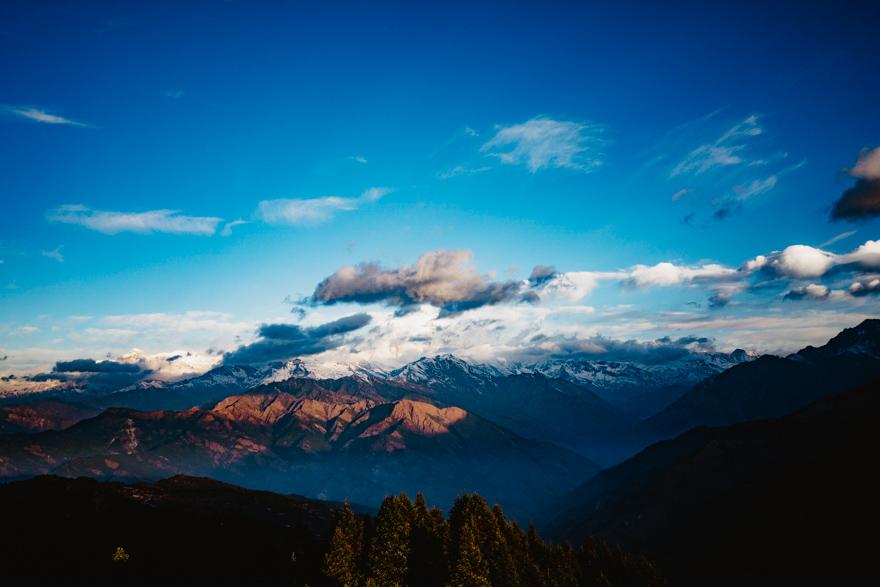 Muntii Himalaya vedere de sus cu nori