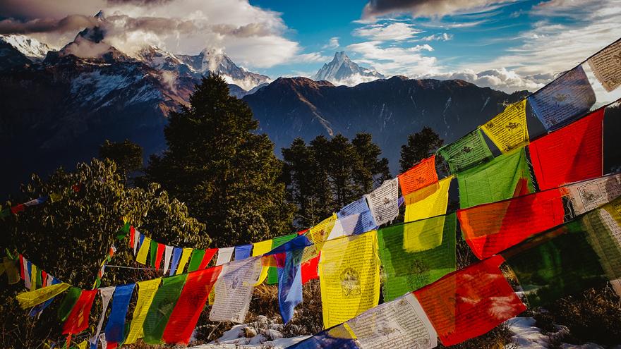 stegulete cu rugaciuni si muntii Himalaya