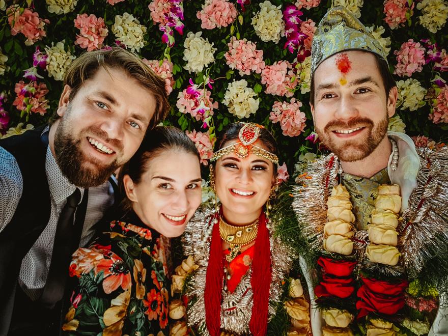 Noi si mirii de la nunta traditionala din Nepal