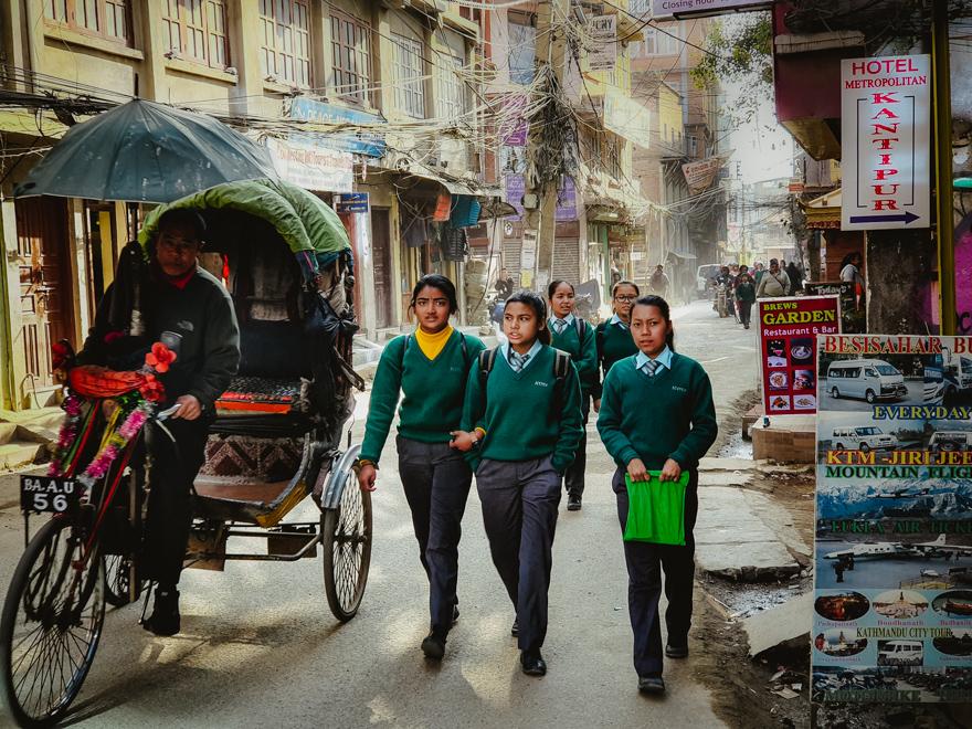 Fete eleve si ricsa pe strazile din Thamel, Kathmandu, Nepal