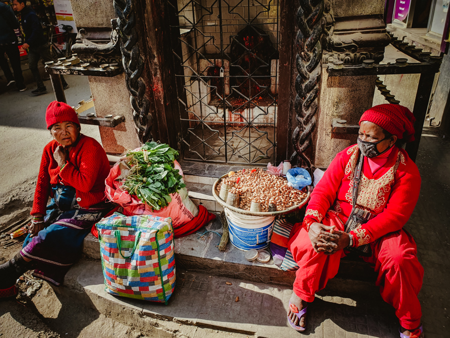 Vanzatoare de alune pe strazile din Thamel, Kathmandu, Nepal
