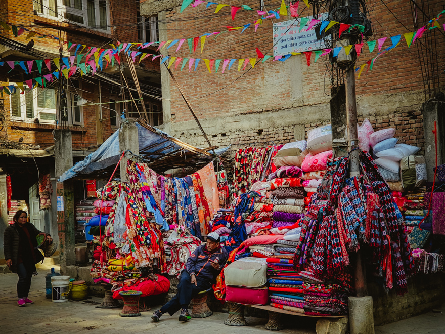 Vanzator de textile in Asan, Nepal