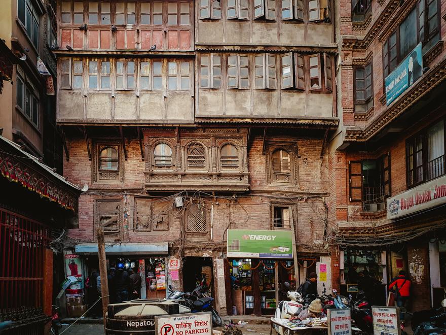 Casa darapanata pe strazile din Thamel, Kathmandu, Nepal