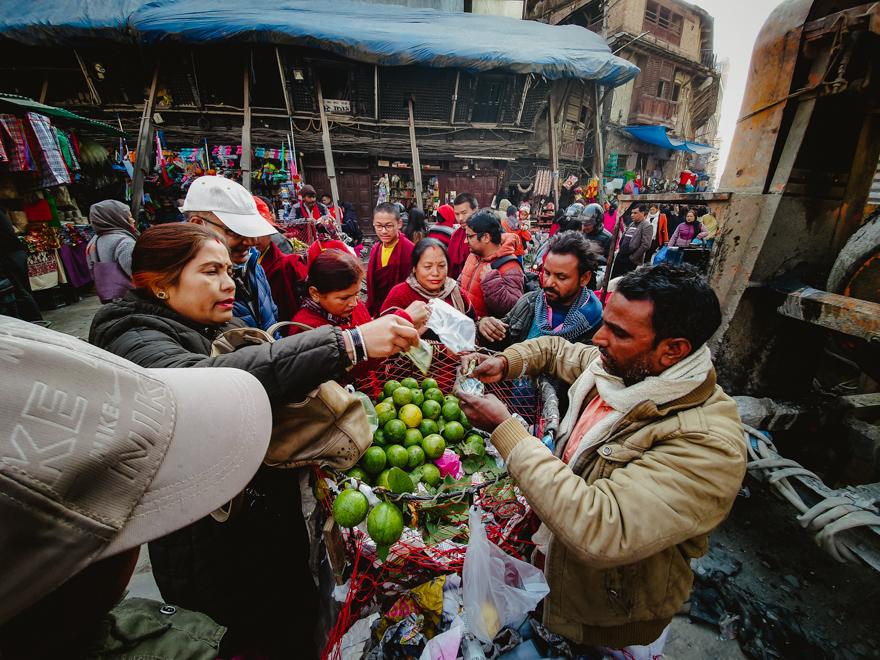 Vanzator de fructe in Asan, Nepal