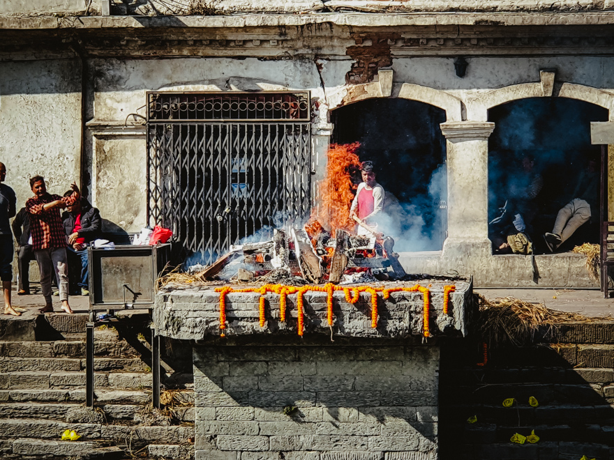 Ceremonie de ardere la Templul Pashupatinath