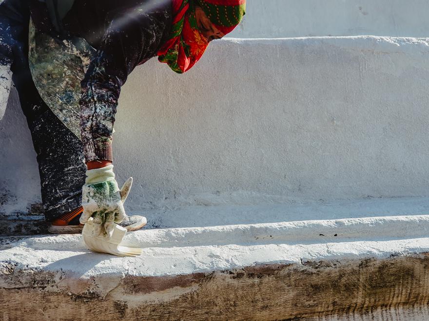Femeie vopsind scarile la Templul Pashupatinath