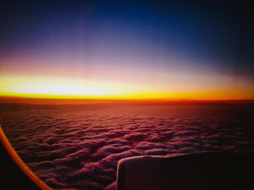 Vedere din avion cu nori si apus de soare in Nepal
